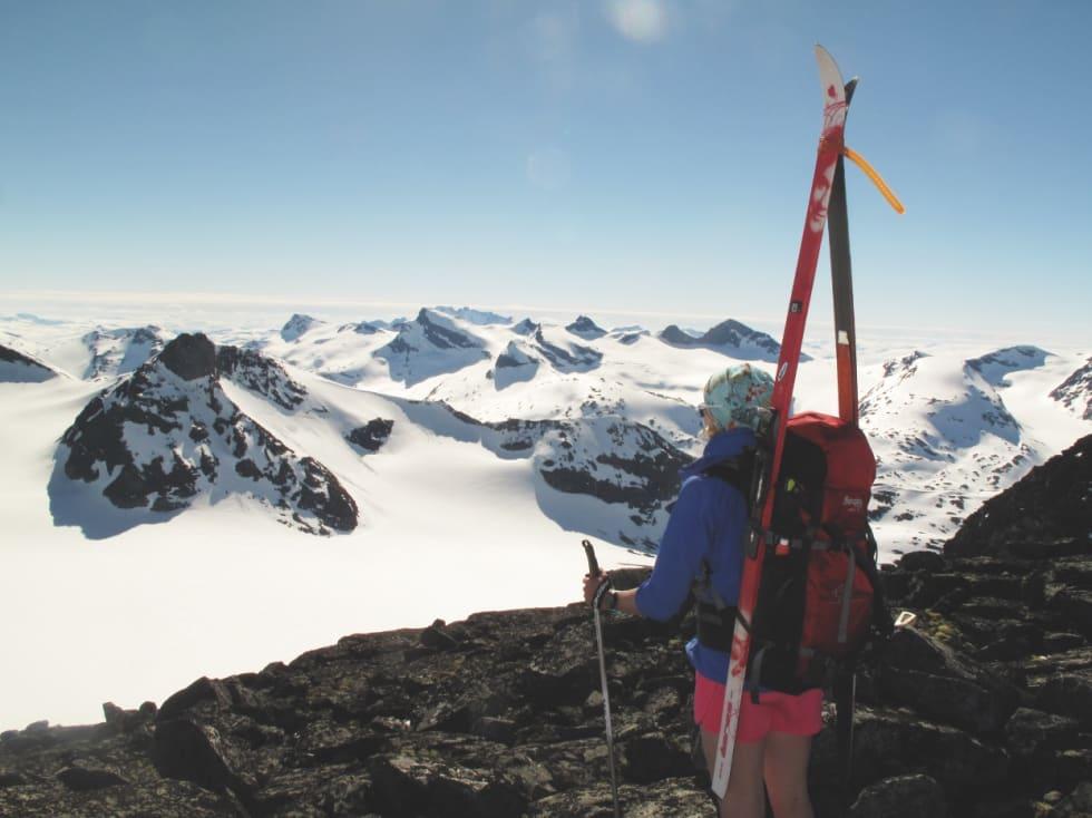 BRUN&BLID: Mai måned byr på gratis solarium i steinrøysa – her solbading på Lindebergtinden (2120 moh.)