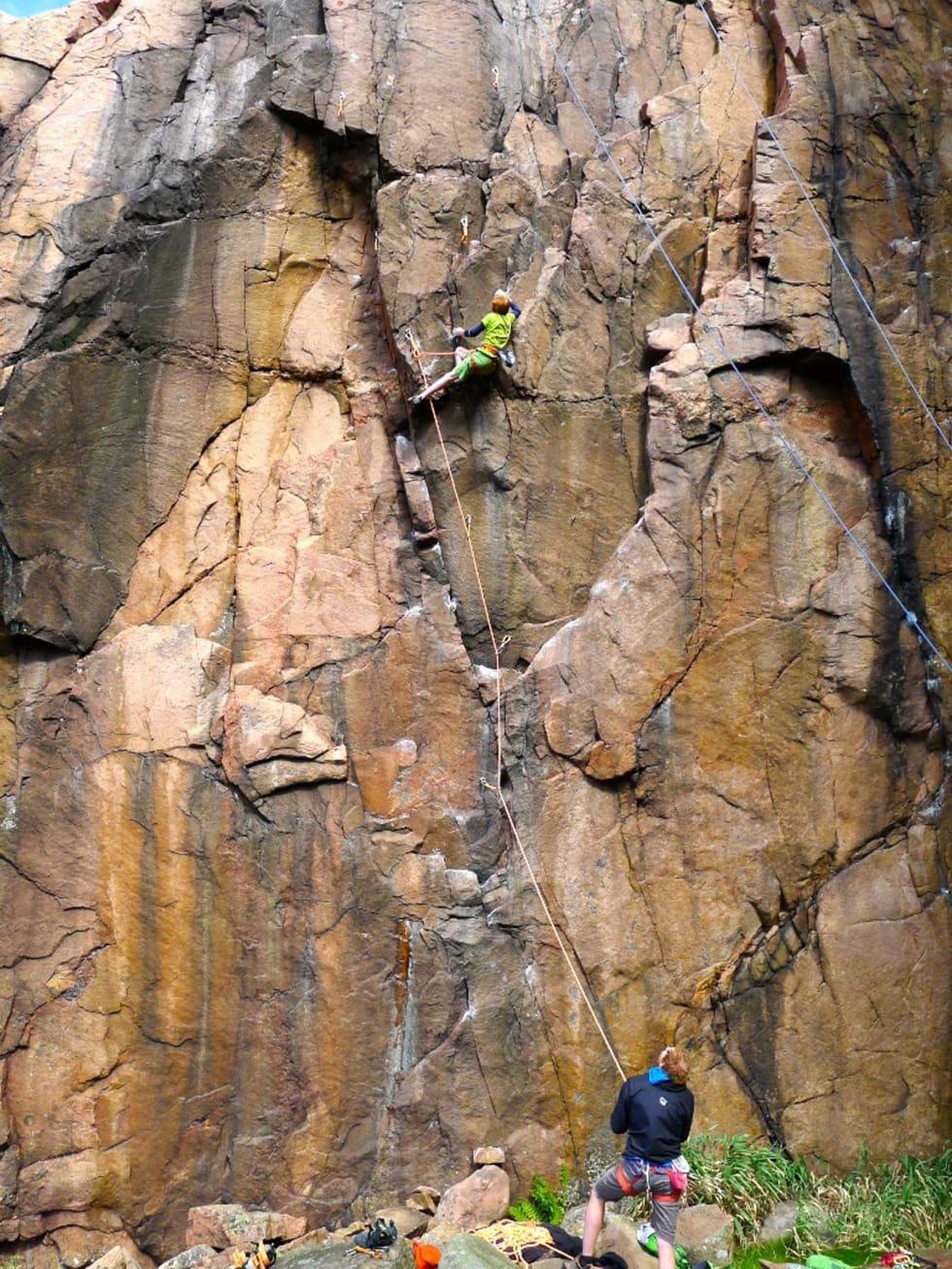 Naturlig: Per Ravlo Caspersen klatrer 8- på Tråleberget i Bohuslän. Foto: Robert Caspersen