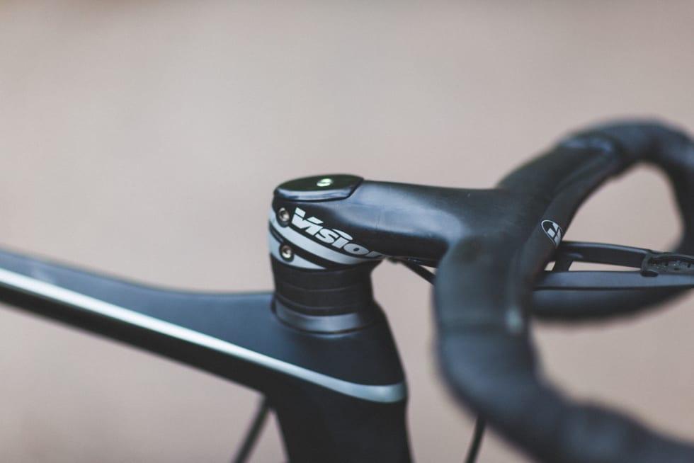 I ETT 2: Vår testsykkel kom med buet Vision Metron 5 styre og stem. 2019-modellen av sykkelen kommer med det rette Vision Metron 6-styret. Bremseslanger og ledninger er ikke integrert i stem og styrerør.