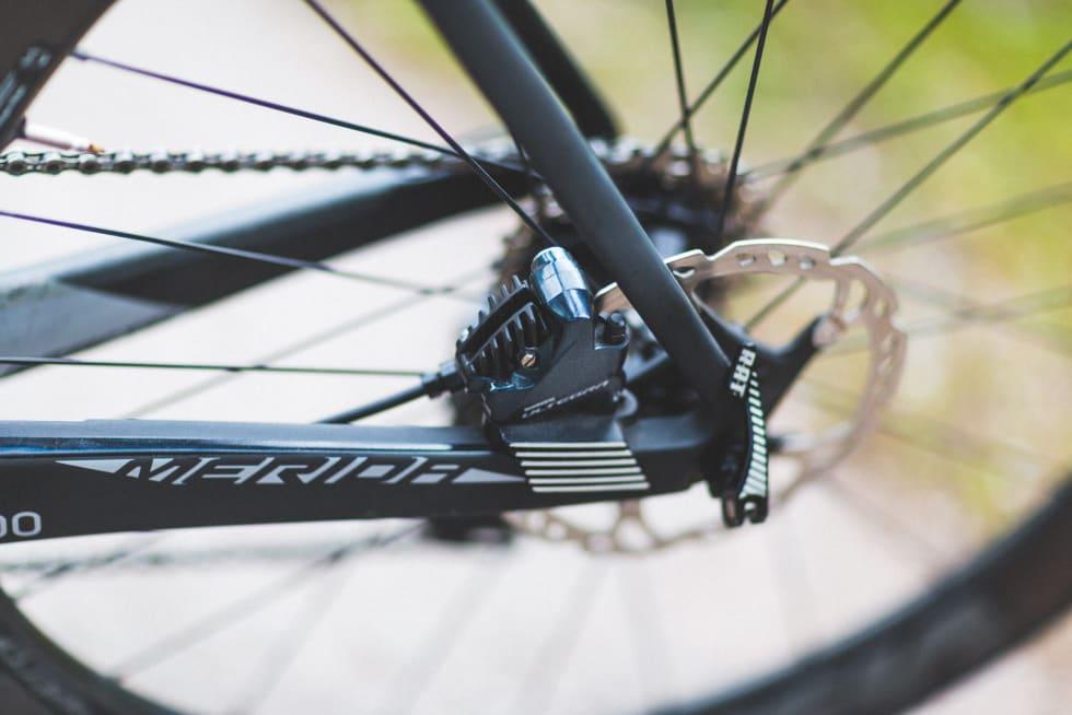 KJØLERIBBER: Merida har lagt inn kjøleribber i metall i bremsefestene både foran og bak. Pussig nok leveres sykkelen med terrengsykkelbremseskiver. RAT-hurtigkoblingene er lynraske og enkle i bruk.
