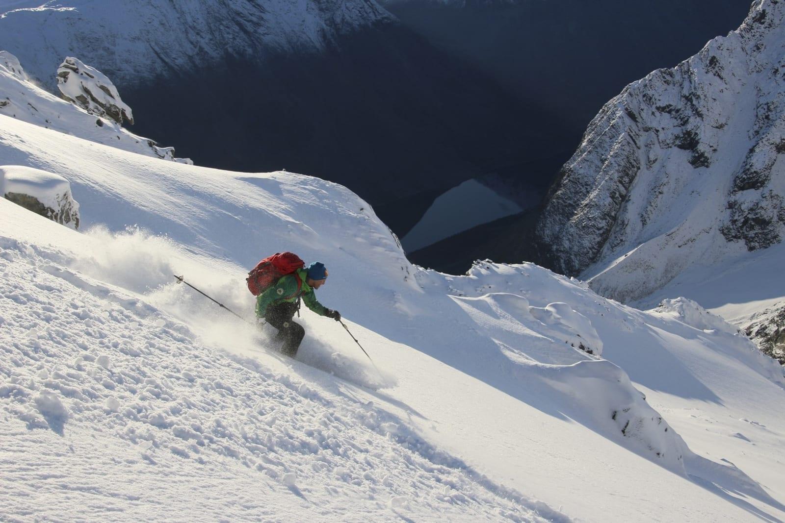 GLEDE: Espen leker seg ned fjellsidene på Store Kjostinden. Foto: Svein Mortensen