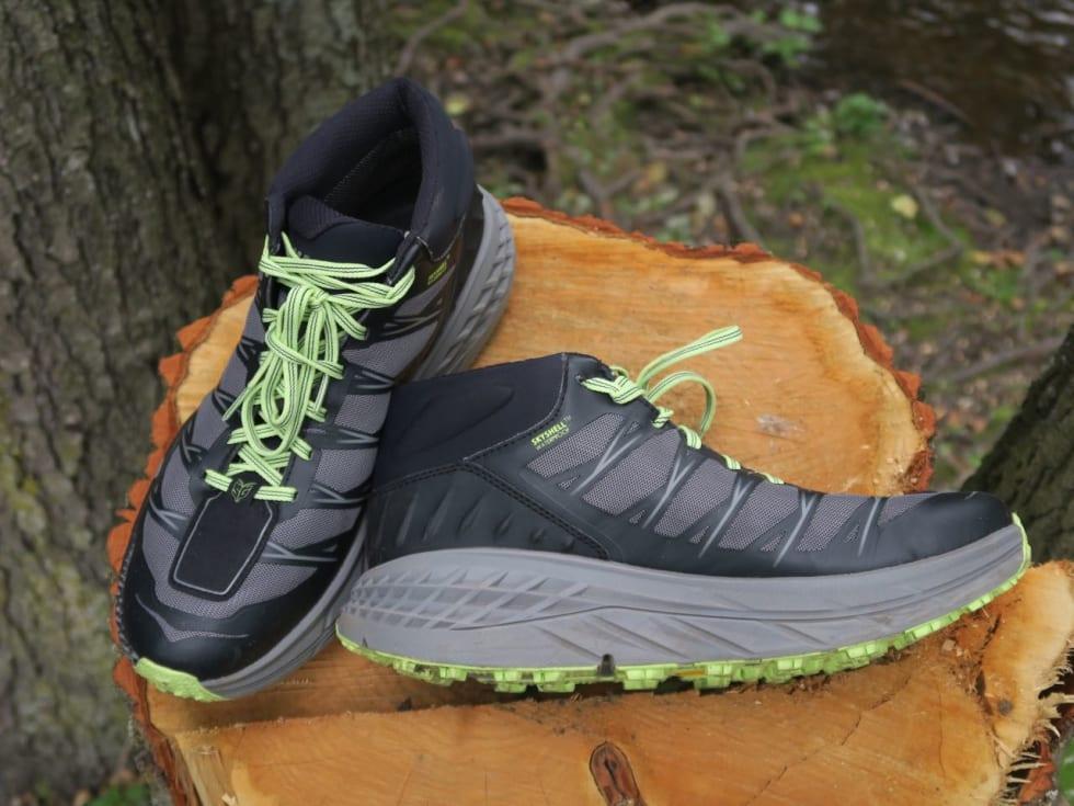 PLATÅSKO: De tjukke sålene på Hoka-skoene gir masse demping, men også god støtte.