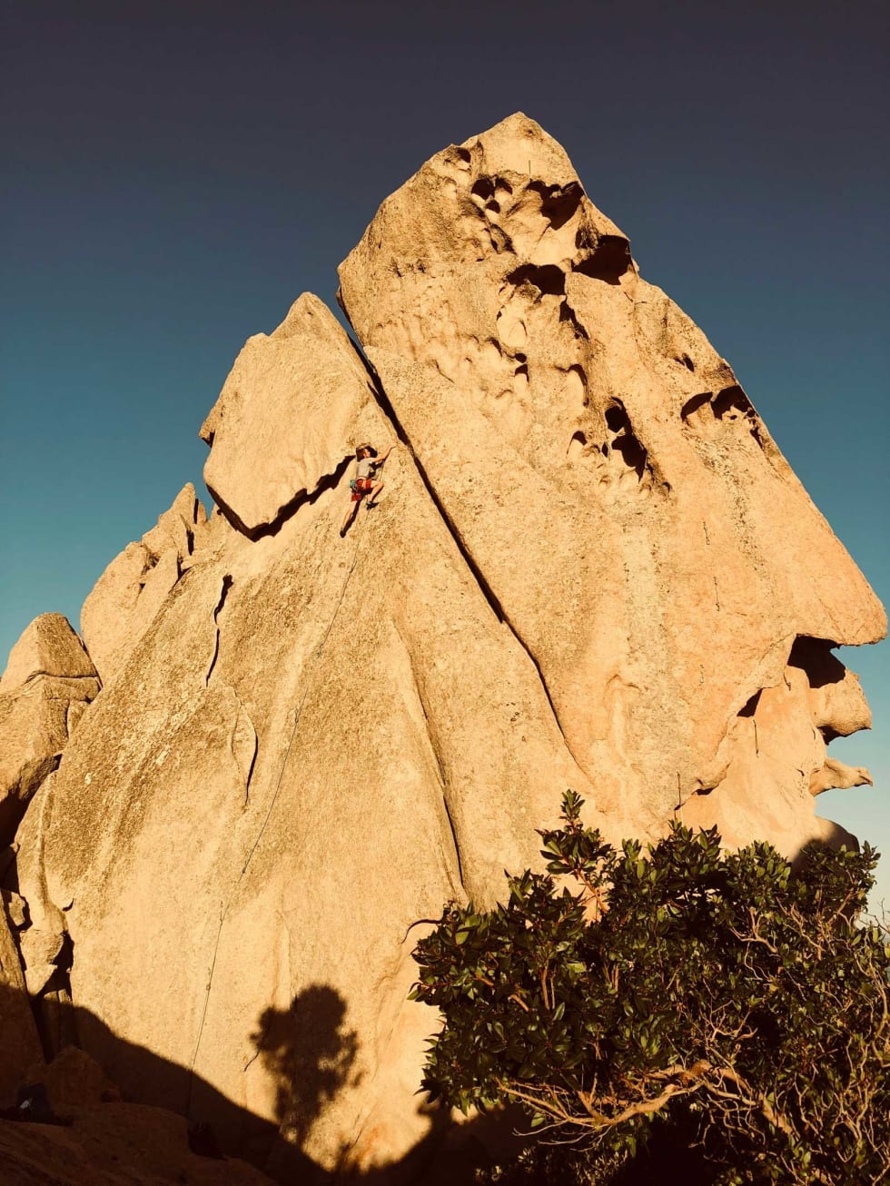 Formasjoner: En særs spektakulær stein med utsikt over Ajaccio-bukta fra toppen. Sverre Jordbakke på ruta Danse avec les clous (6b+) på feltet San Tonio Foto: Andreas Eide