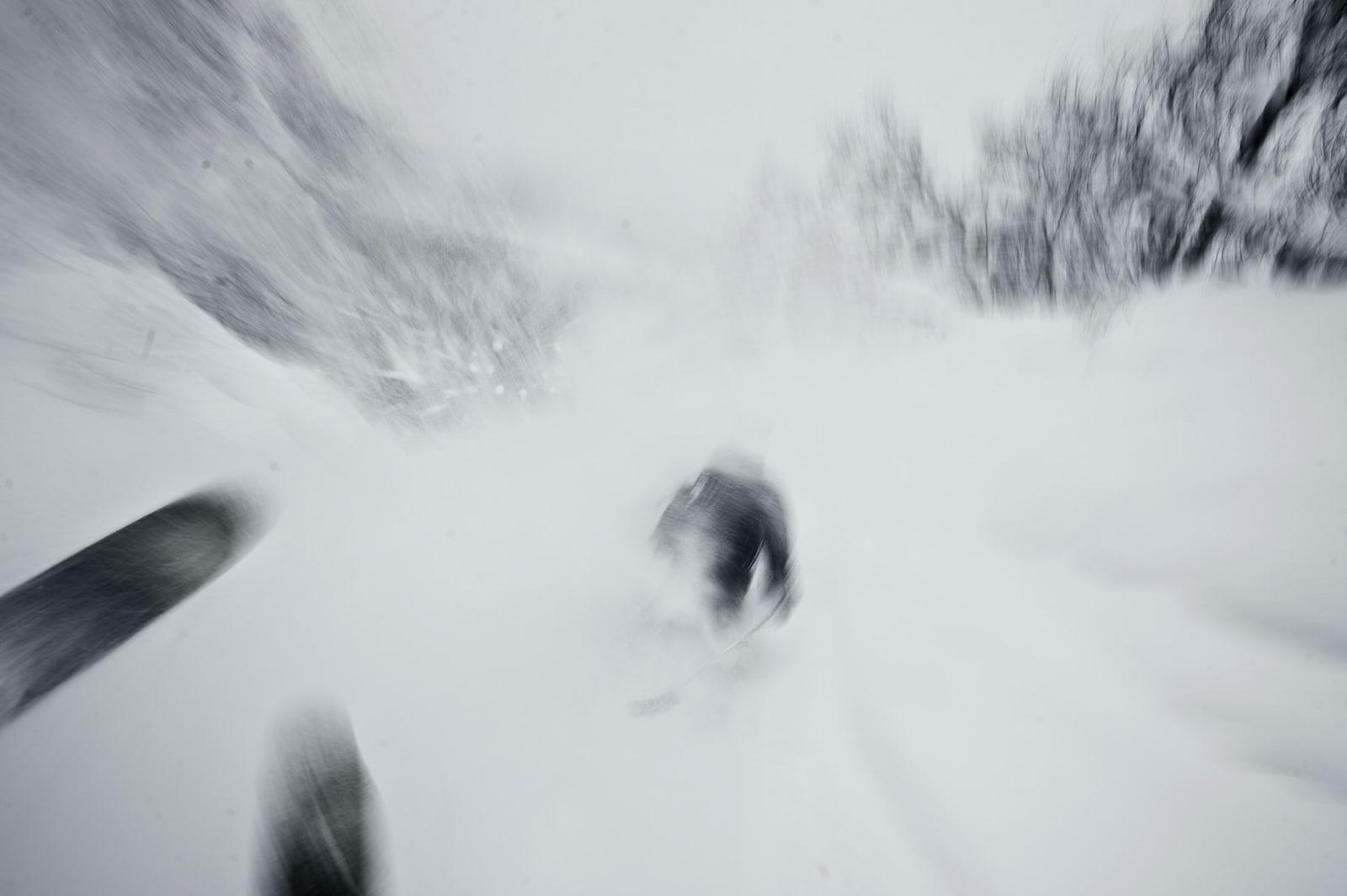 DEN RARE VINTEREN, DEL 2: Samtidig, på Østlandet: Det snør og snør og snør. Her prøver Vegard Breie å henge på Torgrim Vole og Espen Sollien (usynlig i snøføyka). Bilde: Vegard Breie