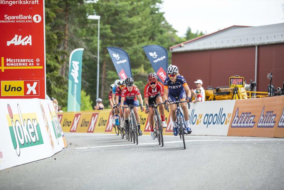Katrine Aalerud foran Susanne Andersen og Stine Borgli. Foto: Pål Westgaard