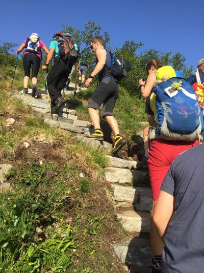 FOLKSOMT: Fra de første trappene opp fra Vengedalen. Her gikk 10 000 mennesker i 2015, 17 000 i 2016, 21 000 i 2017 og 27 000 personer i fjor. Foto: Tore Meirik