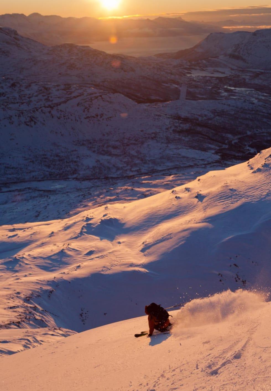 Vinterlig nedkjøring fra Spanstinden. Foto: Fredrik Schenholm. / Trygge toppturer