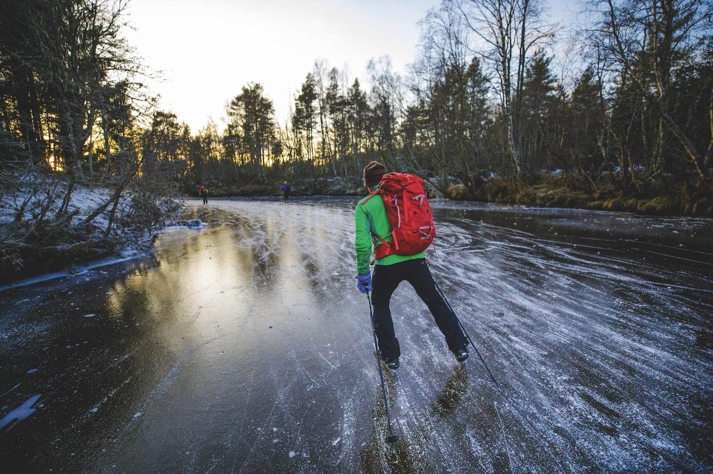 SOLNEDGANG: Bjørn Magne setter fart nedover elva etter en skøytetur på godt over 2 mil.