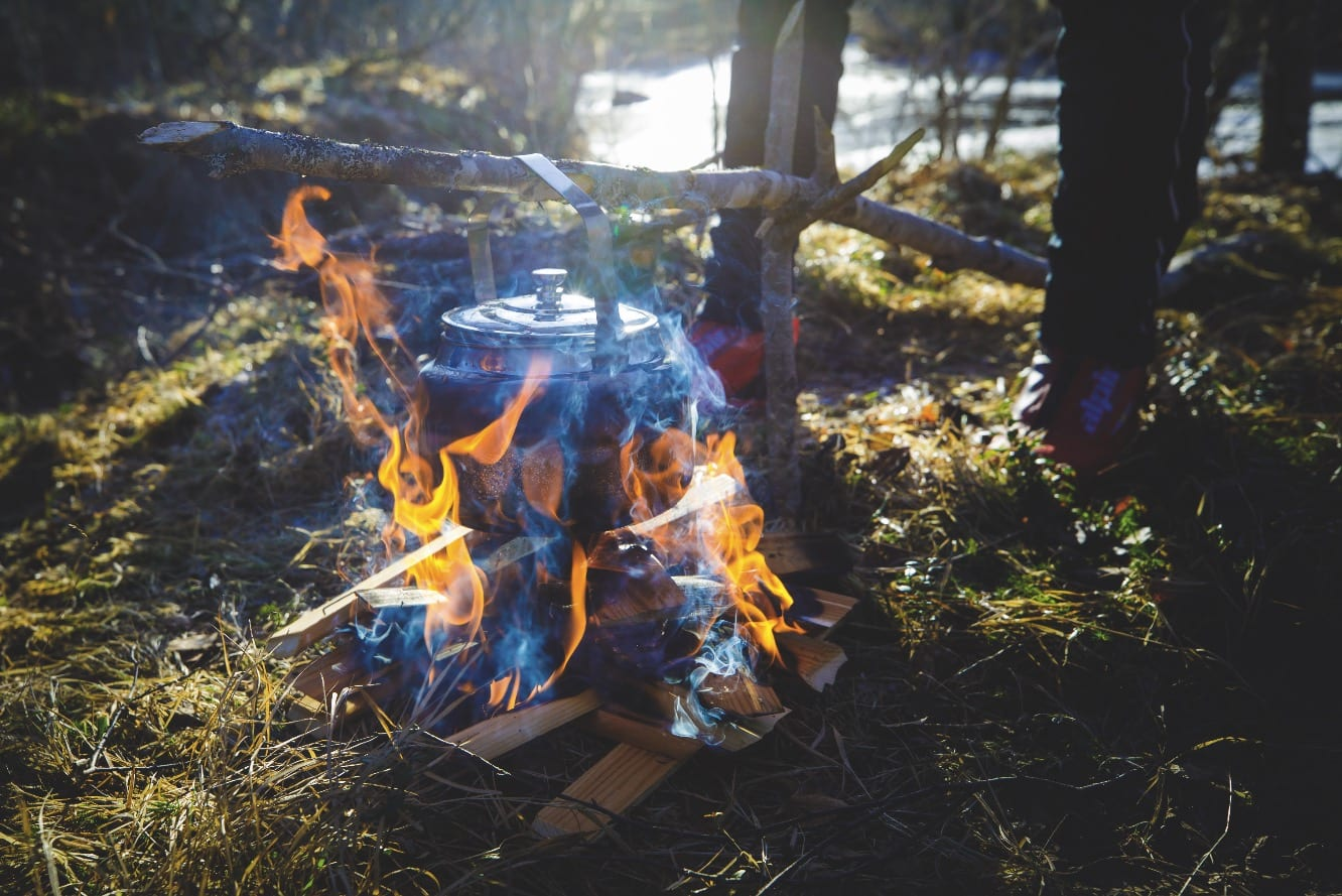 MATPAUSE: Langs elva er det flust av fine steder der skøyteløperne kan gå på land. «Svartkjelen» er alltid med når skøyteveteranen Øyvind Hovdenak inviterer på tur.