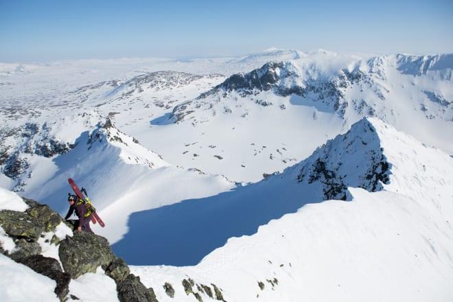 NESTEN PÅ TOPPEN: Den siste biten fra Sylryggen og opp på Storsylen er en bratt hammer som må klatres. Vanskelig er det ikke, men på Roberts høyre side er det 300 meter rett ned. Foto: Tore Meirik