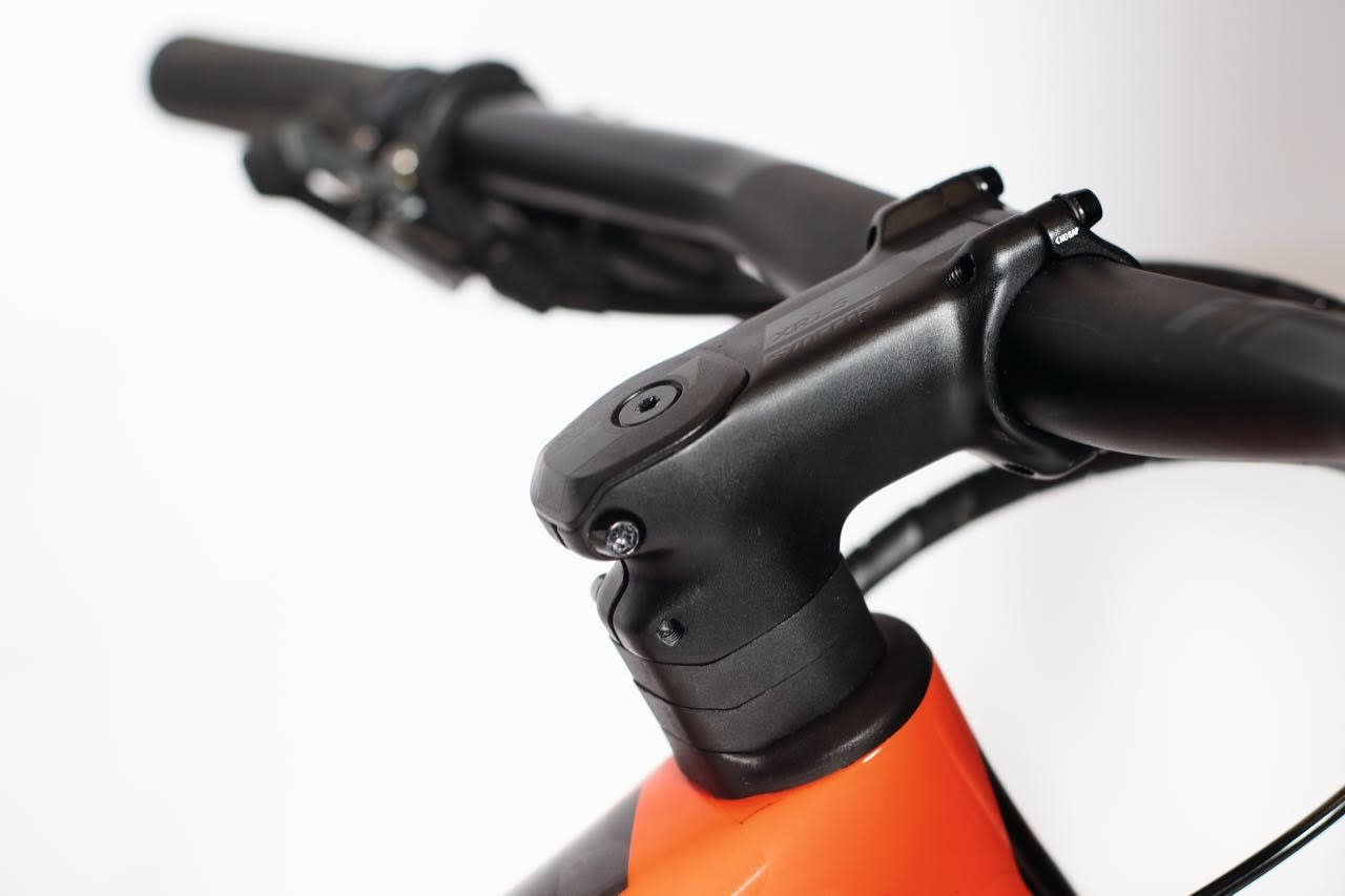 NESTEN INTEGRERT: Styre og stem kommer fra Scott eget komponentmerke Syncros og er flott tilpasset sykkelen forøvrig.