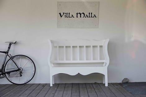 VELKOMMEN: På Villa Malla ønsker de syklister velkommen, og lar oss i tillegg sette sykkelen hvor vi vil.