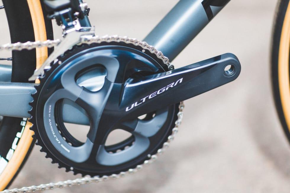 EKSTRA KOMFORT: Supre 28 mm brede dekk gir silkemyk følelse på veien. Alu-hjulene holder velkjent DT-Swiss-kvalitet, men kan oppgraderes på sikt.