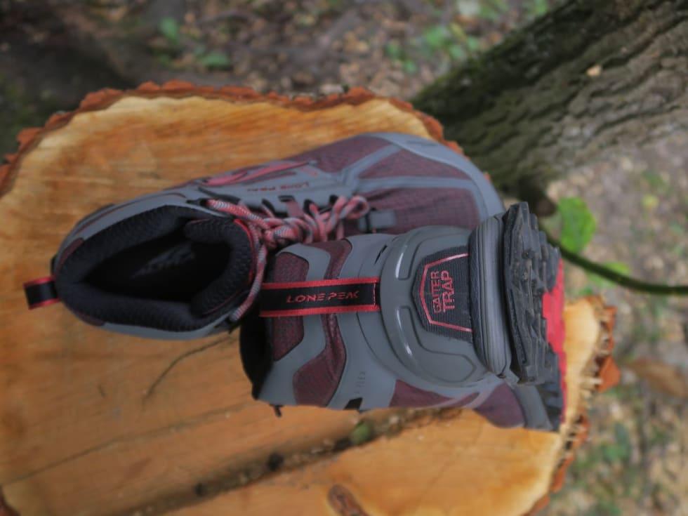 GAMASJFESTE: Både bak og foran har Altra-skoene eget feste for Altras egne løpegamasjer. Nyttig hvis du løper mye i lyng, sand og snø.