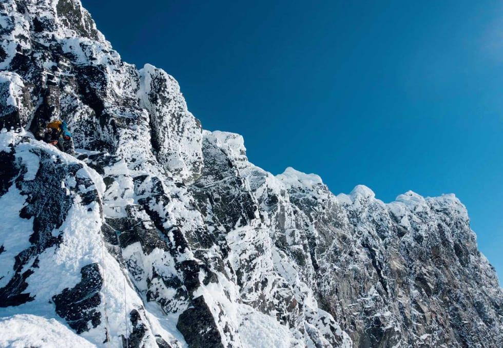 FØLG RYGG: Sigurd er ropegun på første taulengde opp Skeia. Fine formasjoner og gode økser i rissene. Ryggen følges videre fra toppen utover til høyre. Foto: Erling Magnus Solheim