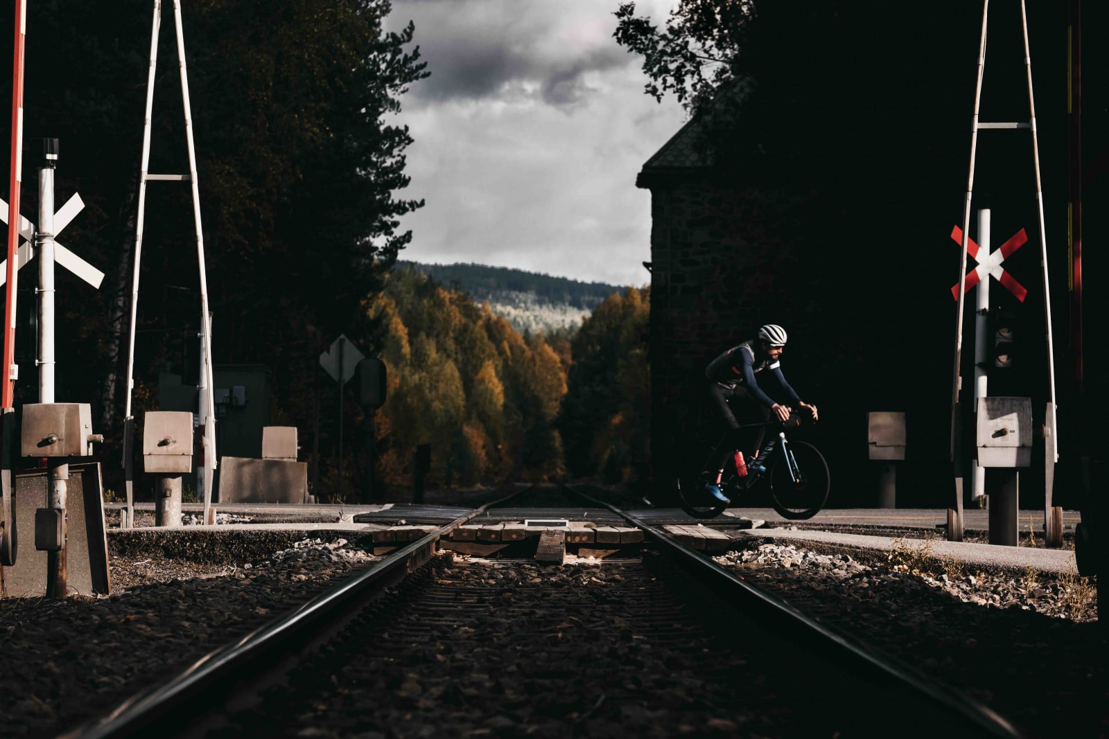 LITE TRAFFIKERT: Planovergangen ved Jømnå, et sted du sannsynligvis sykler om du er innom området. Solørbanen er like rett som veien, men er nedlagt for persontrafikk. Foto: Peter Gløersen.