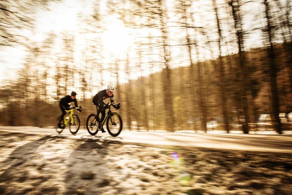Må slippe: Øyvind Aas sliter med å holde hjulet til Magnus Drivenes. Sistnevnte har aerosykkel, førstnevnte sitter på en grov blandeveissykkel.