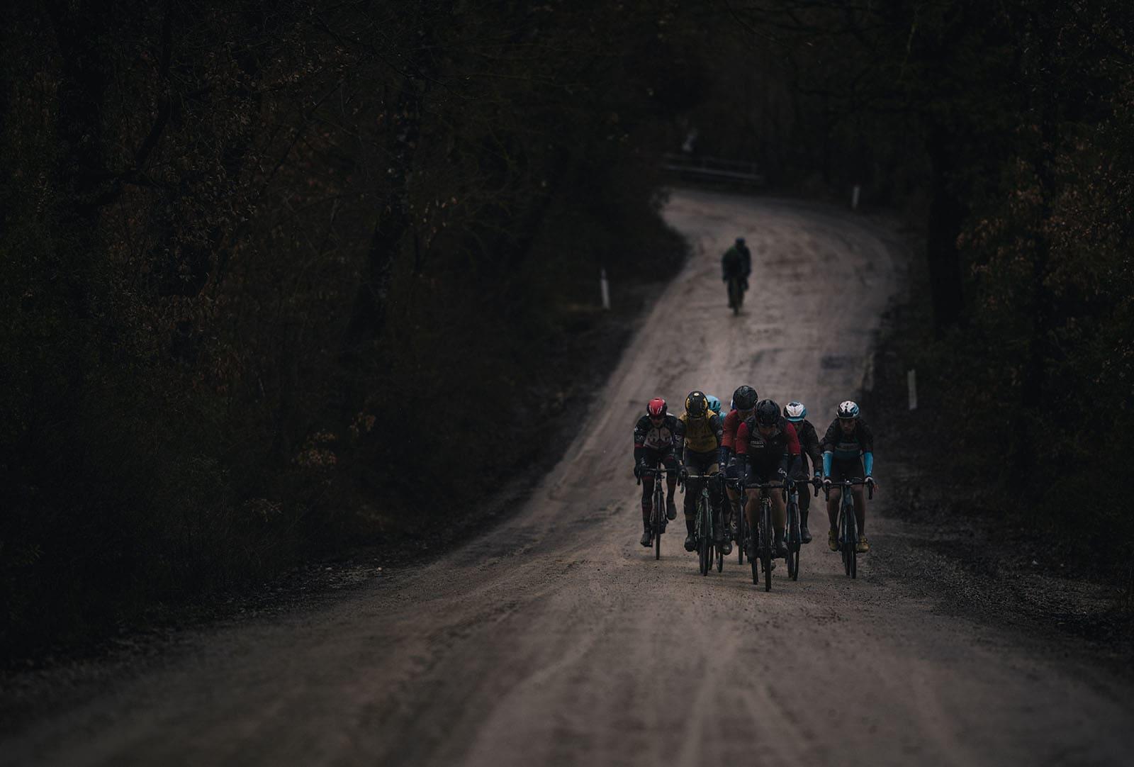PROFFER PÅ EVENTYR: Strade Bianche er på kort tid blitt et prestisjefylt ritt som går på våren i Toscana. Der bruker proffene sykler fra flere av kategoriene. Foto: Kristof Ramon.