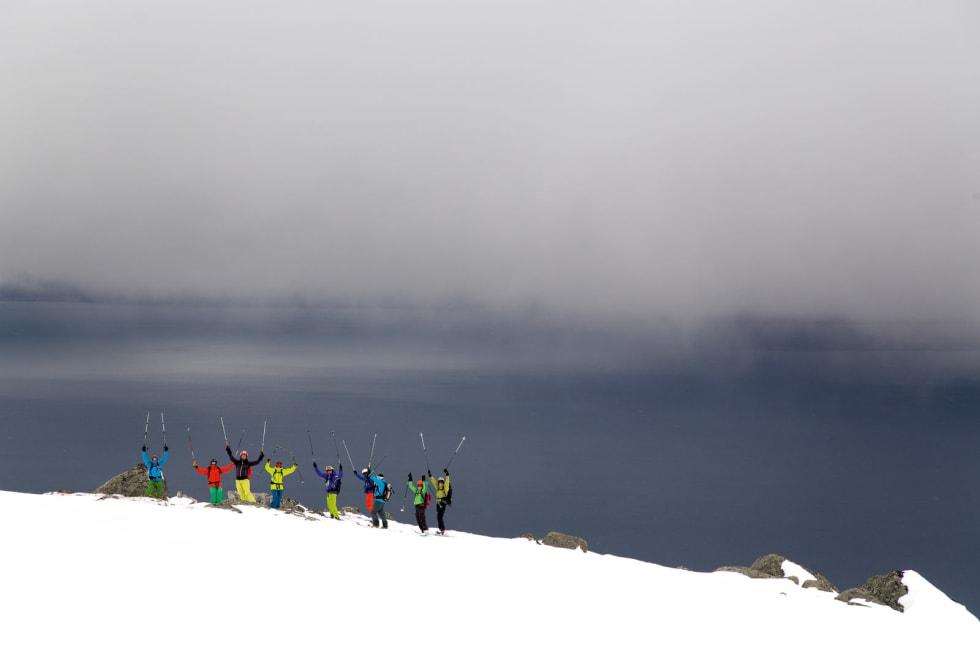 En blid gruppe på Rånkeipen, under den årlige Pure Freeride Camp. Foto: Fredrik Schenholm / Toppturer rundt Narvik.
