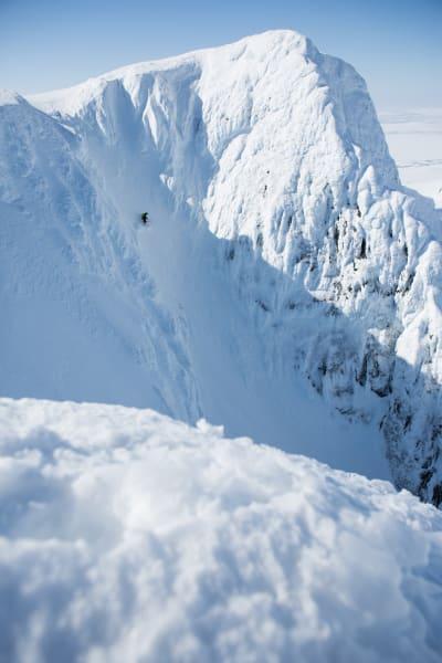HARDT: Nordsiden på Storsola er full av tøffe skilinjer, som denne renna fra toppen. Dessverre var snøen knallhard øverst og ble til klink is lenger ned. Da måtte Robert snu og gå opp igjen. Foto: Tore Meirik