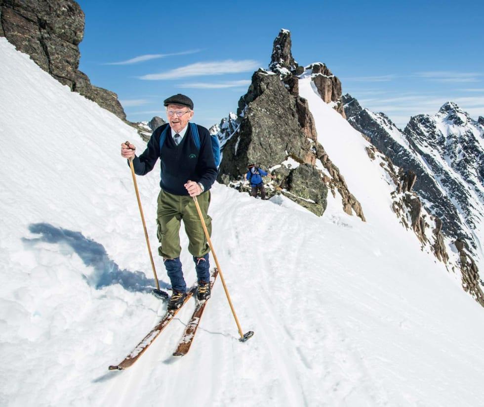 ADELSMANN: 87 år gamle Leif Hoggen har smurt treskia og er på vei mot kongen av Sunnmørsalpane Kolåstinden 1432 moh denne flotte påskedagen.