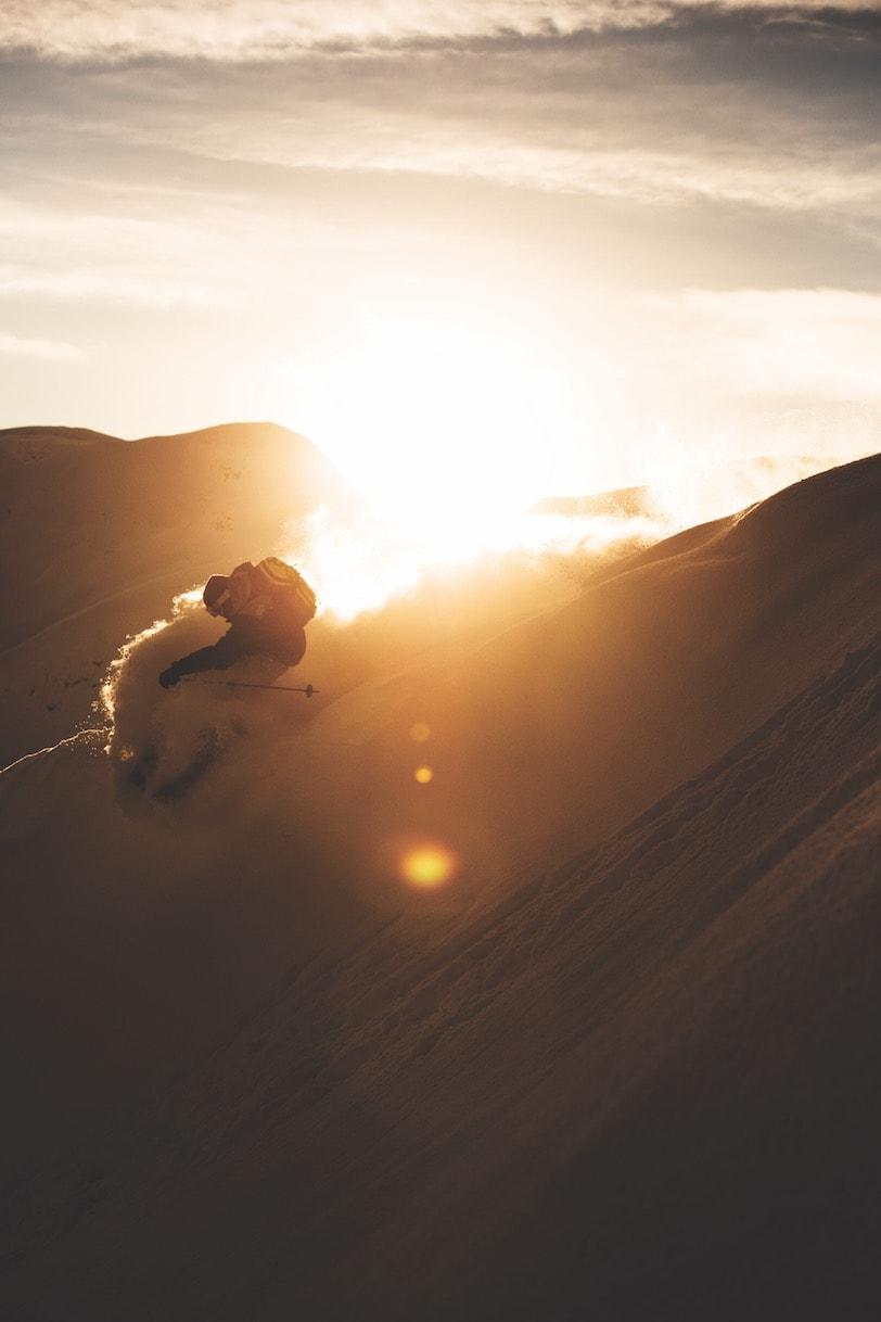 SLASH: Naess tar en snowboardinspirert sving før sola går ned i Sogndal.