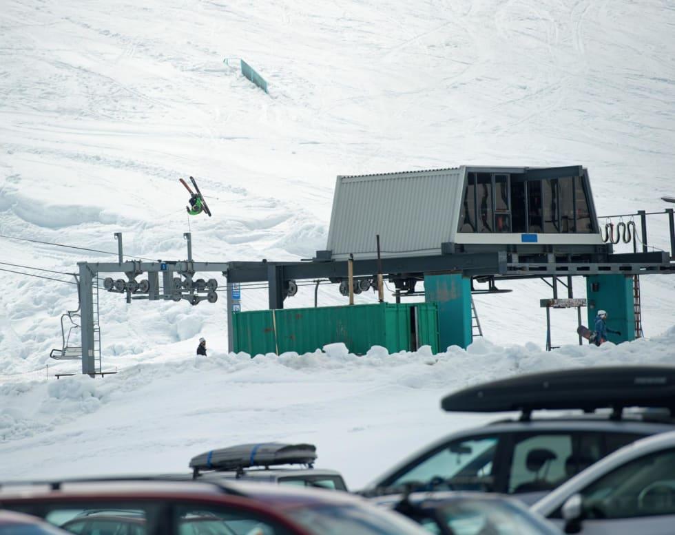STRYN I ET NØTTESKALL: En gammal stolheis som består av 100% norsk skihistorie, en lyseblå rail og en fyr som gjør en flatspin i sola. Foto: Emil Eriksson