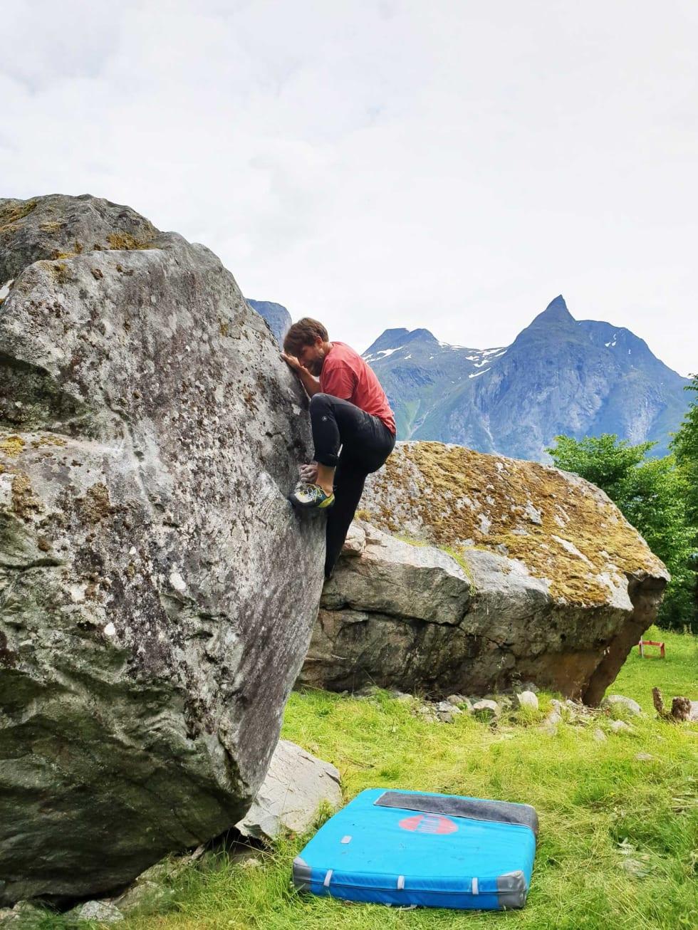 Først opp: Tommy klatrer Ekorntrusa (5) på Hatlenæta. Foto: Jarle Haagenrud