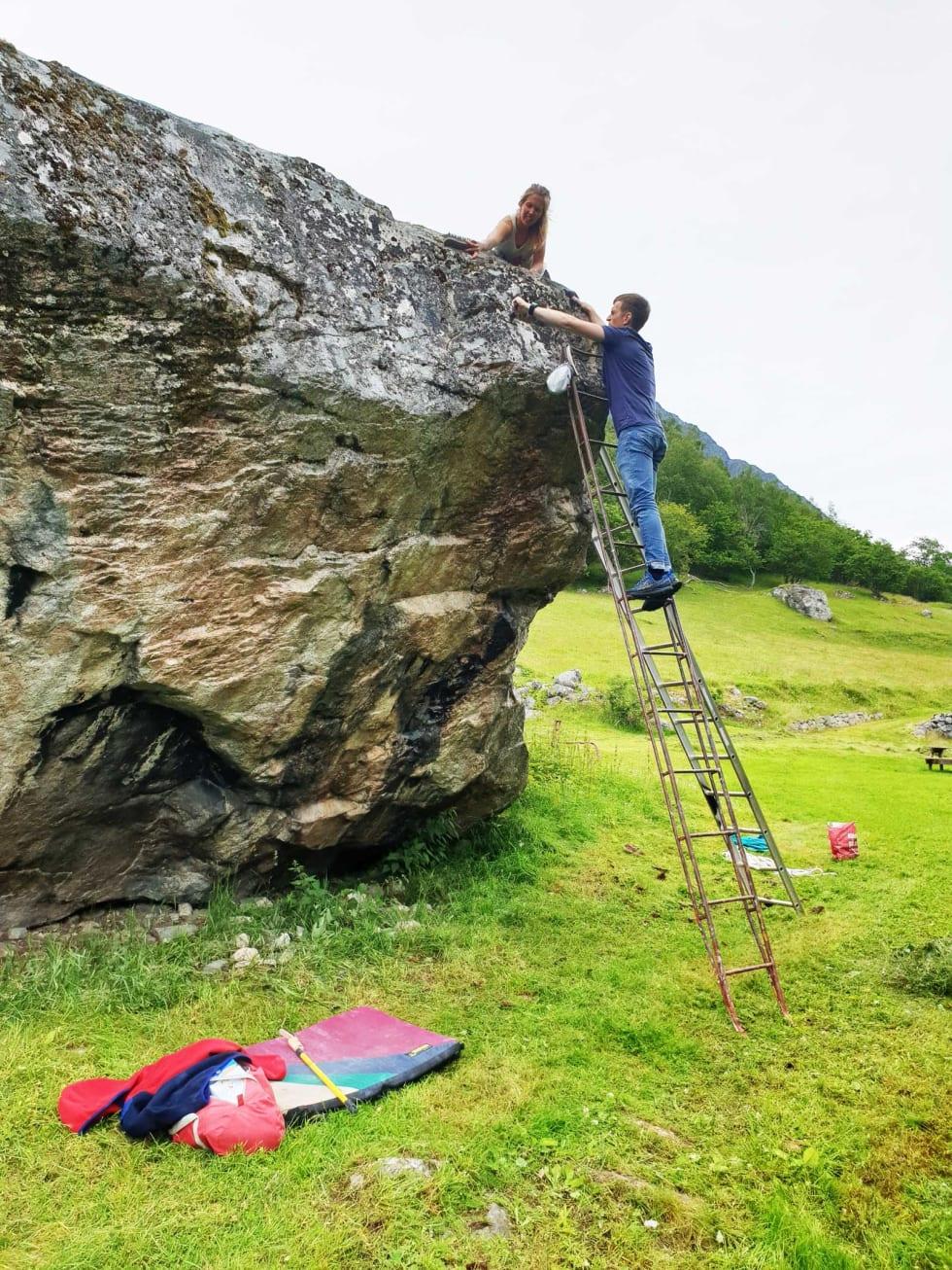 Pusser: Ragnhild og Christofer pusser frem Hyttegym (6C) på Anne-steinen. Foto: Tommy Haugen Søjdis