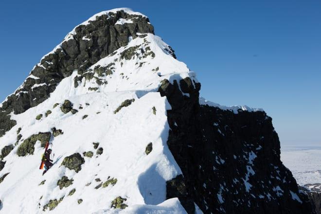 MOT STORSYLEN: Den siste biten av Sylryggen er nokså ratt og smal. Her må skiene på sekken, og stegjern er kjekt å ha.  Foto: Tore Meirik
