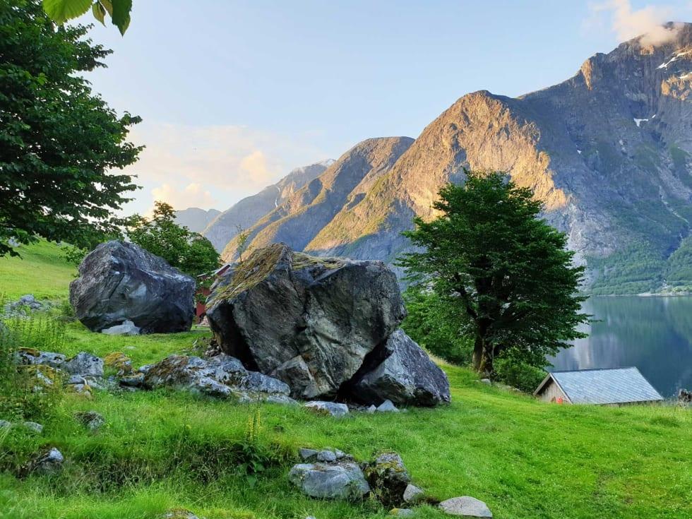 Vakkert: Steinene «Hatlenæta» og «Anne-steinen», sett fra sør. Hoemsbu ligger rett bak. Foto: Tommy Haugen Søjdis