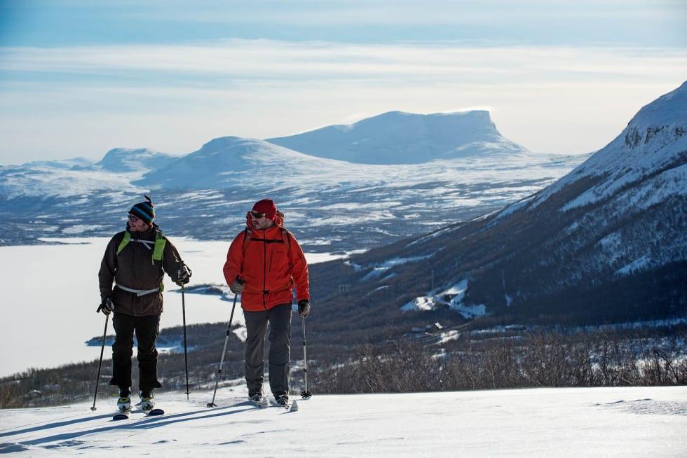 Håkan Stenlund og Niklas Mattsson begynner på turen fra Björkliden opp til Låktatjåkkahytta. Foto: Lars Thulin / Toppturer rundt Narvik.