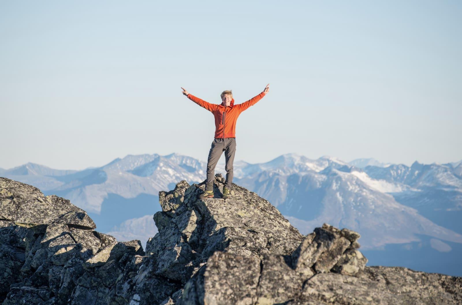 OPP: Sondre vil til topps på enda flere fjell. Her er han på Råna på Sunnmøre. Foto: Christian Nesset