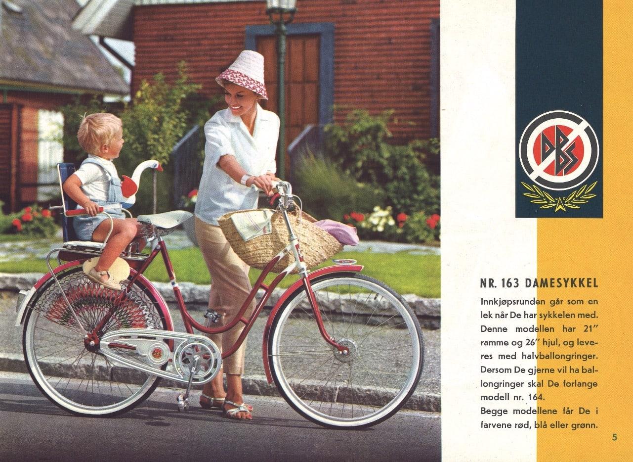SYKKEL-REKLAME: Fra 1963-katalogen til DBS. Pappa fisker og mamma gjør innkjøp.