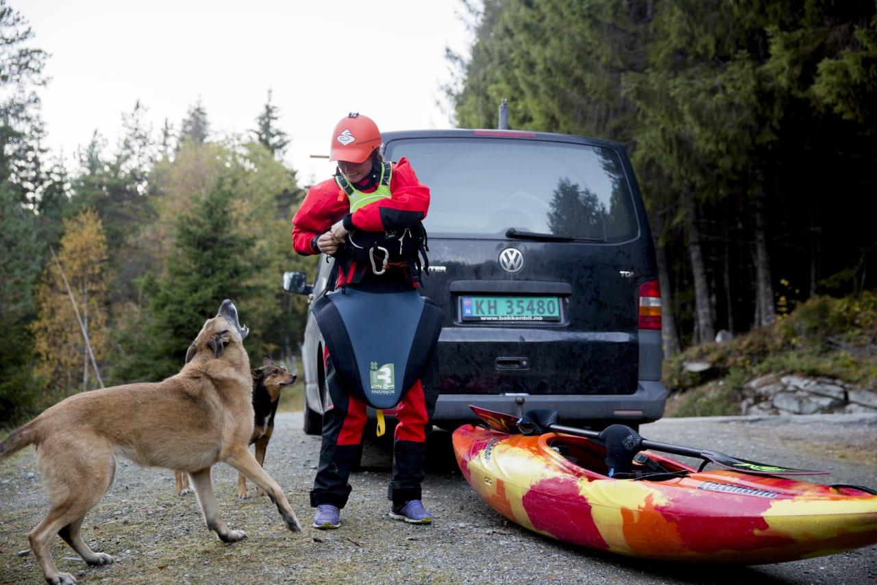 Hundene Nevada og Vesla er alltid med når Mariann padler i Raundalselva på Voss.