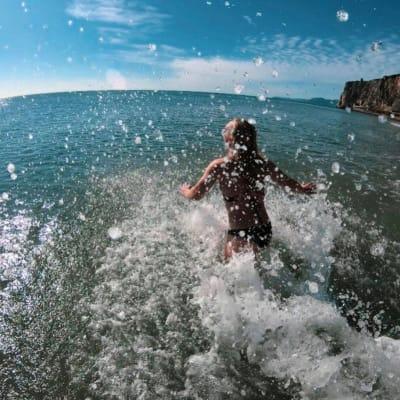 BADINGS: Når Linn Cecilie bader springer hun fort uti. Foto: Privat