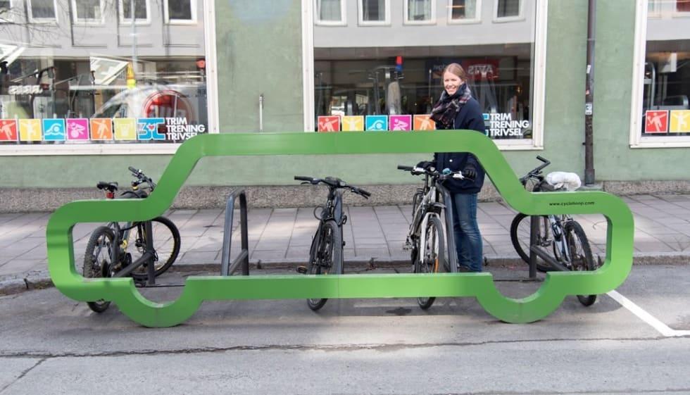 1-10-SKALAEN: Fjerner du en bil har du plass til ti sykler, om du velger dette stativet. Setter du syklene på skrå får du plass til 14. Foto: Trondheim 20130.