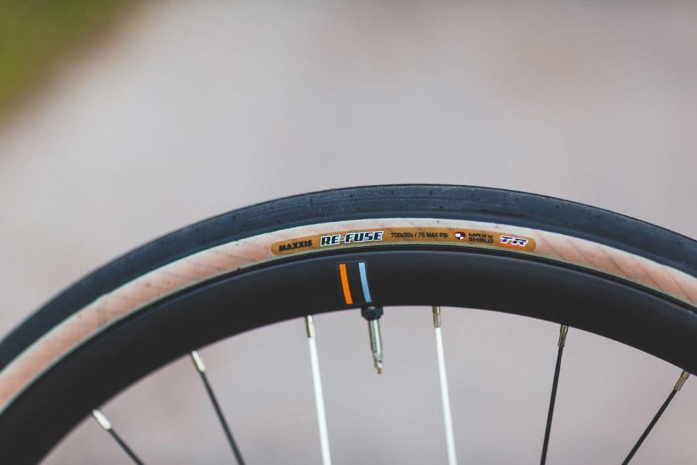 BALLONGDEKK: 32 mm brede dekk gir høy komfort på dårlig asfalt.