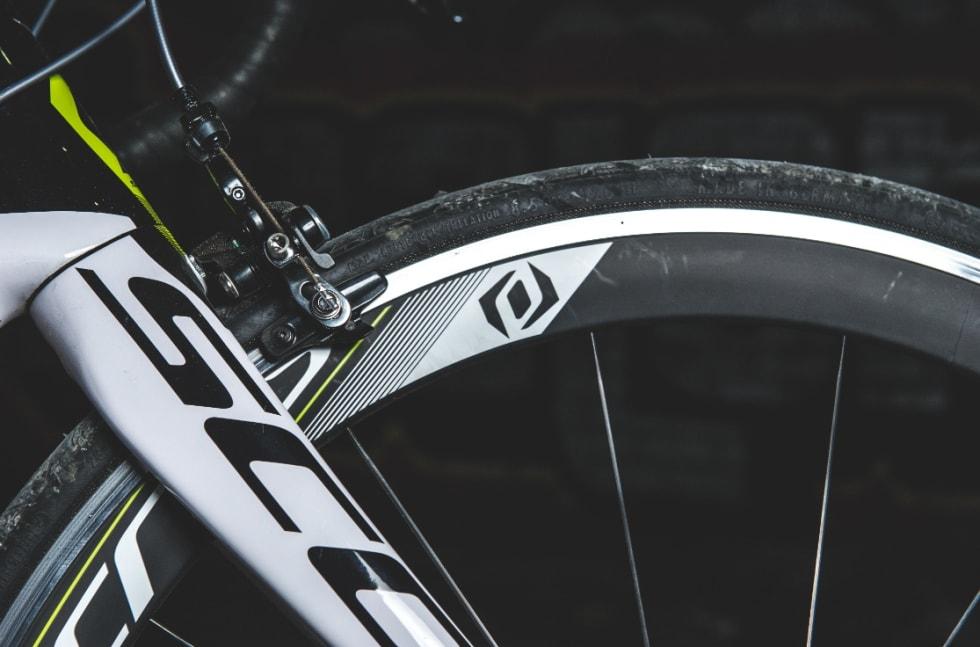 WOSH-WOSH: Hjulene fra Syncros har den rette lyden og et stilig utseende, men i denne prisklassen vil vi ha hjul i fullkarbon.