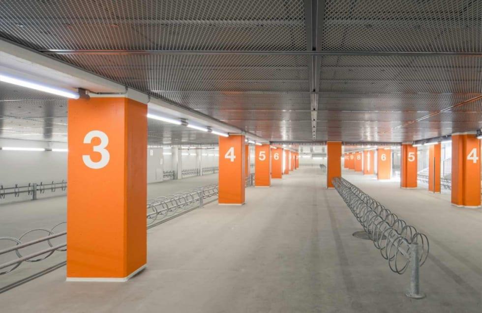 BIL ELLER SYKKEL? Ved Lyngby stasjon utenfor København ble det prioritert plasser til sykler, ikke biler, da togstasjonen ble oppgradert. Foto: Gottlieb Paludan Architects.