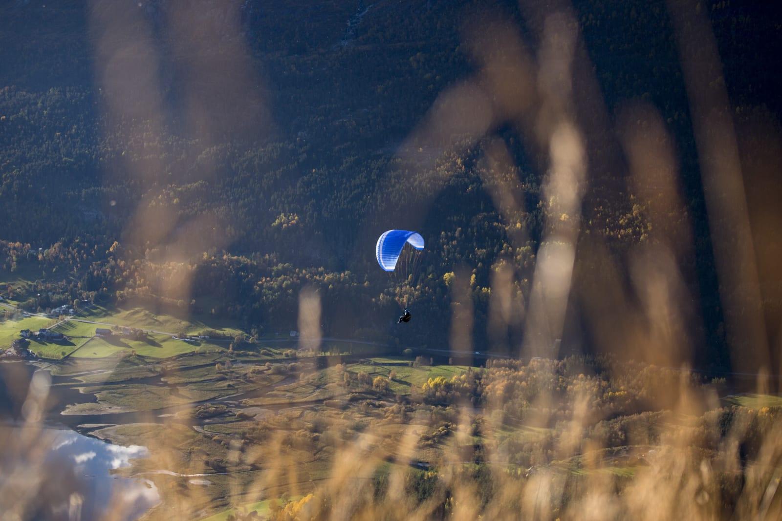 Når vindforholdene slår til finner Mariann gjerne frem paraglideren. Det har skjedd at Mariann har paraglidet til jobb og landet like utenfor skolen.