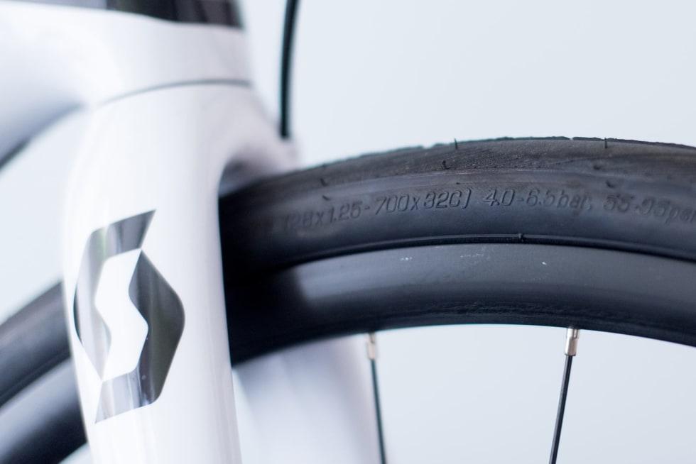MODIGE: Scott har satt på 32 mm dekk på sykkelen, noe som gjør den klar for all slags underlag. De tør å møte en antatt trend, om at det som tidligere var rene asfaltsykler fremover vil brukes på både asfalt og grus.