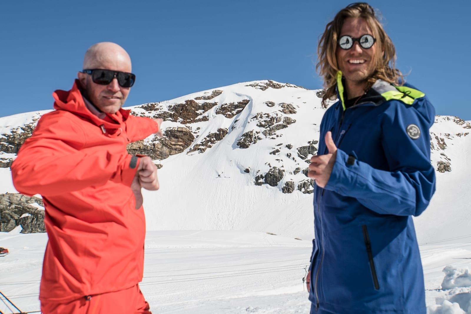 BRATT: Bård Smestad og Wille Lindberg står igjen med litt forskjellig erfaring etter at de tok seg ned renna i bakgrunnen (som faktisk ligger midt i Folgefonna Skisenter, rett til venstre for heisen. Bilde: Christian Nerdrum