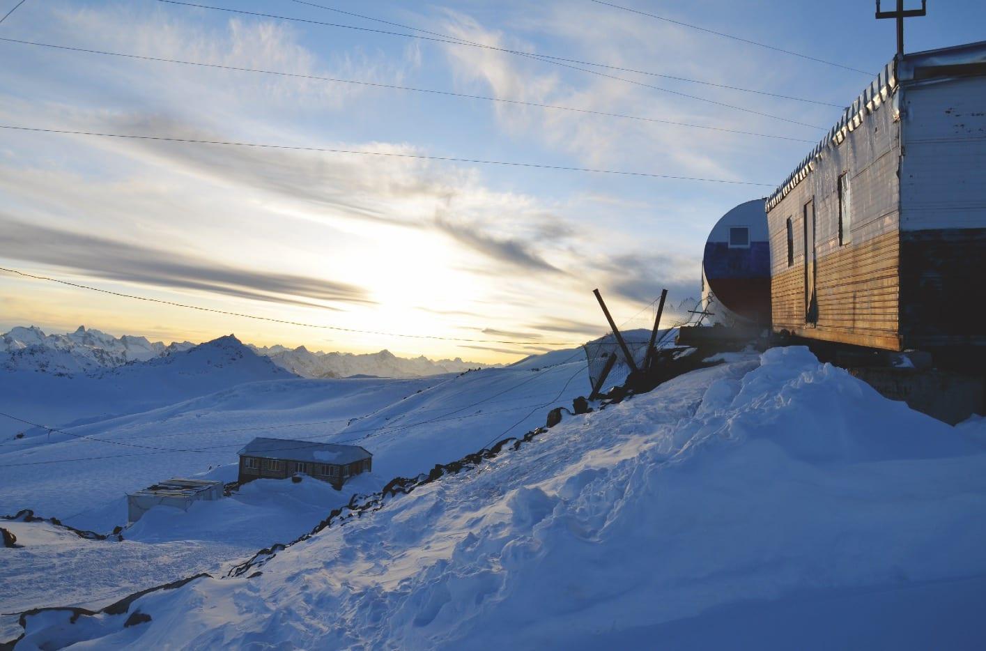 Usikker solnedgang: Kvelden før toppen er spenningen stor. Har vi pakket riktig, hvor kaldt blir det, hvor mye mat skal vi ha med?