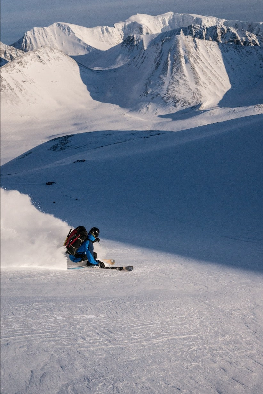 BERGEMALM PÅ BERGET: Tomas Bergemalm nyter utsikten på vei ned fra Knivkammen, vestsiden av Kebnekaise skimtes lengst bak til høyre i bildet.