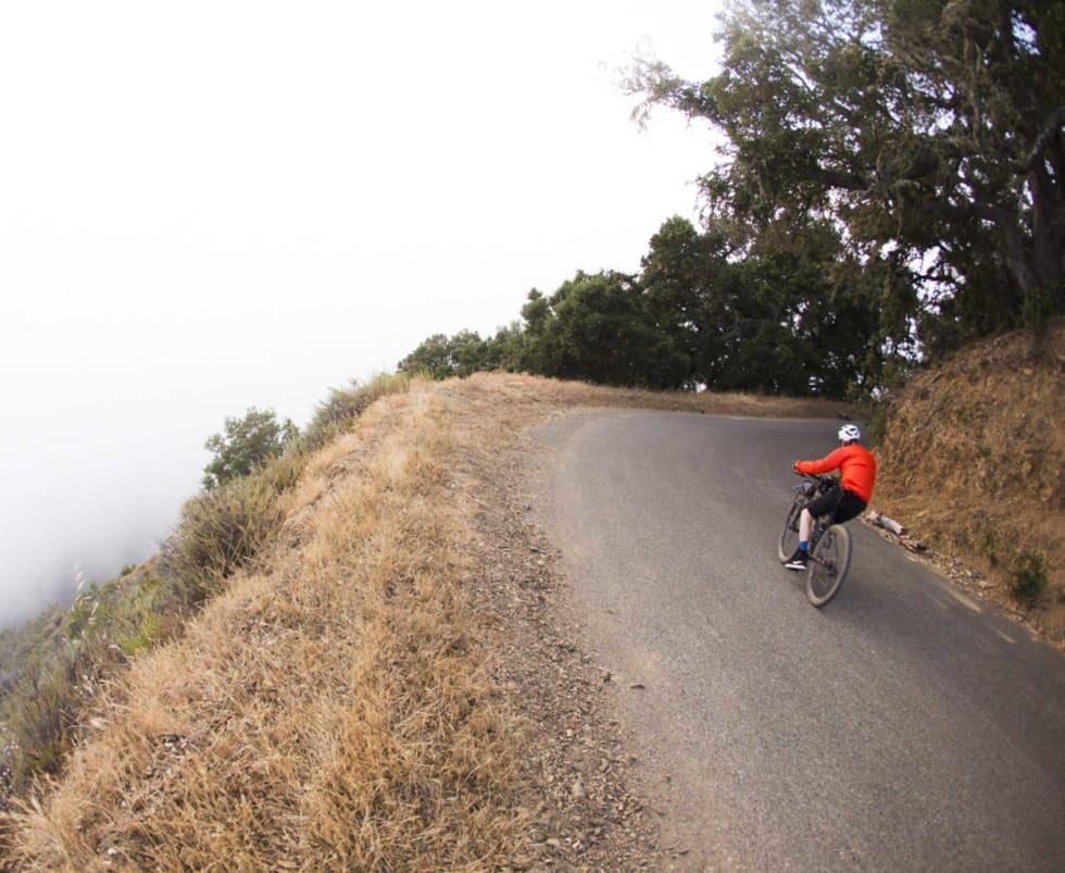 TÅKA OG STILLEHAVET:  Thomas Larsen Røed fyker inn i tåka ned Nacimiento-Fergusson Road i Big Sur. En av mange turistfeller langs den traffikerte Highway 1.