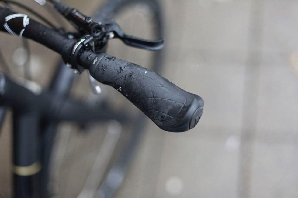 HØY KOMFORT: Myke holker og kraftige en-fingersbremser gir god komfort på veien.