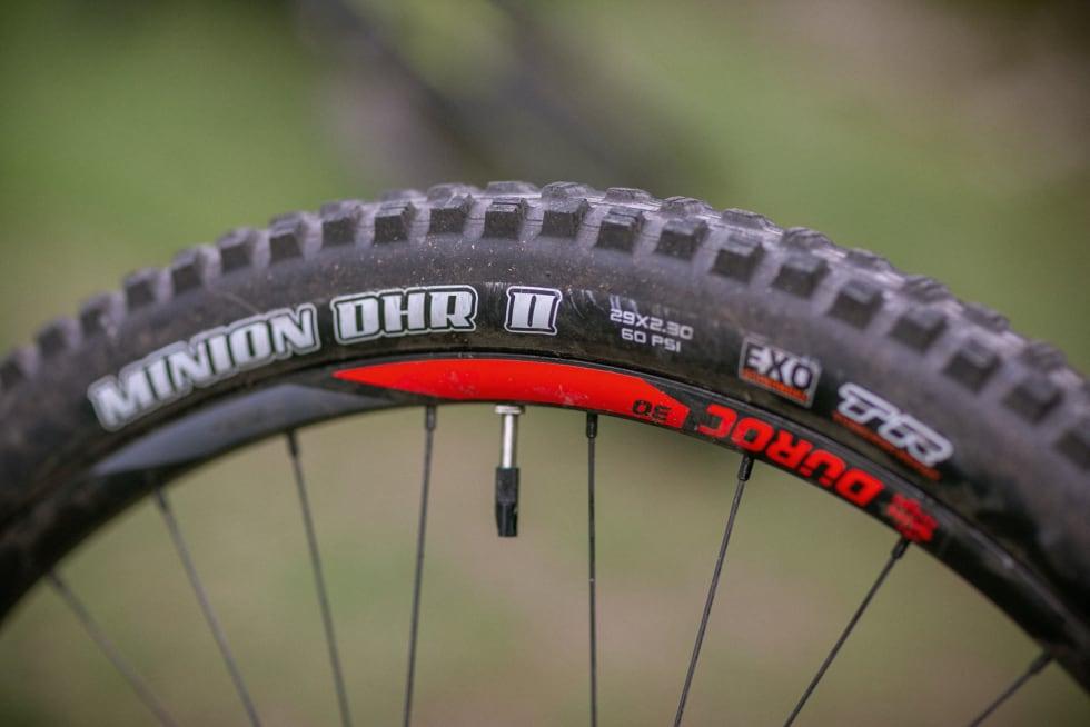 LETTE OG KVIKKE: Hjulene på Rocky Mountain Instinct er lettest i testen. Dekkene er supre, men hjul-ene litt mindre robuste enn på de andre syklene.