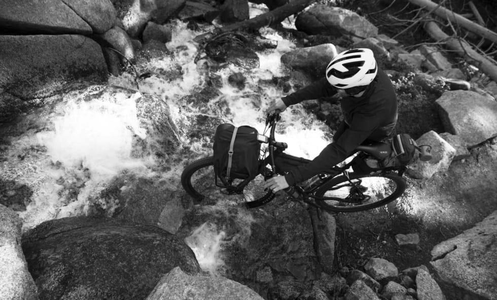 GÅ OVER BEKKEN ETTER VANN: Etter et heftig døgn ved Star Lake var denne kryssinga av bekk intet hinder.