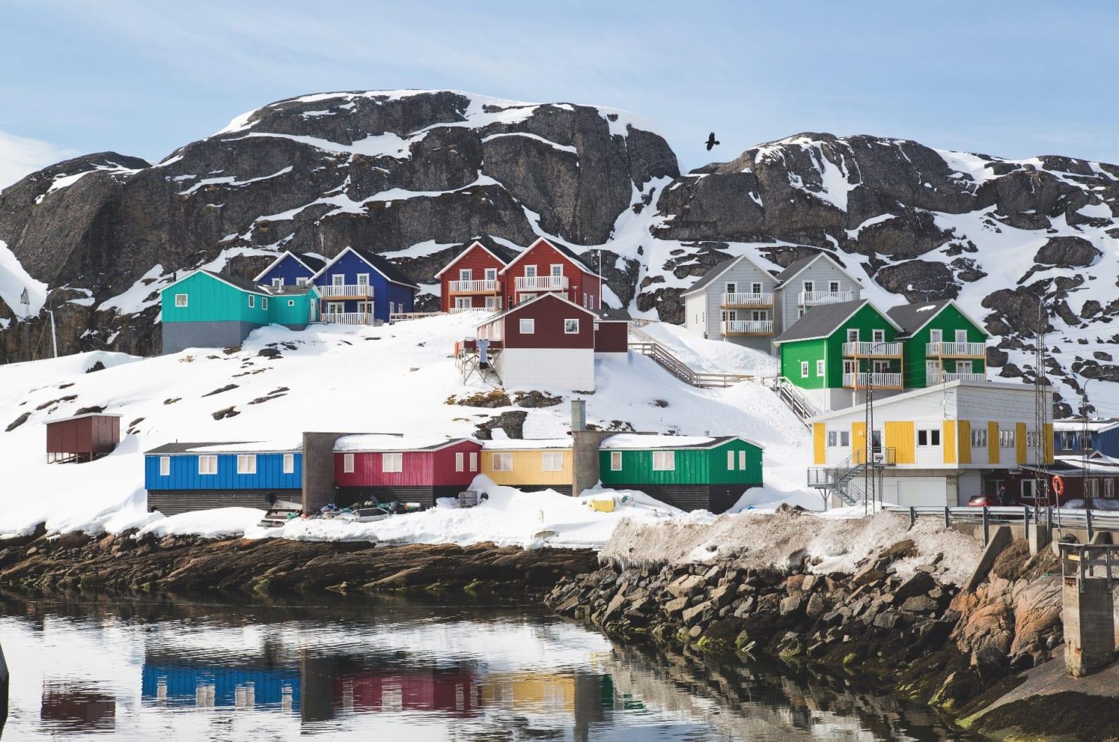 SOM LÖSGODIS: Ulike størrelser, ulike farger. Husene sjarmerer i et karrig landskap.